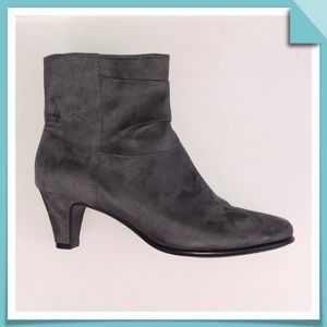 AEROSOLES Grey Sueded Ankle Bootie Size 7.5